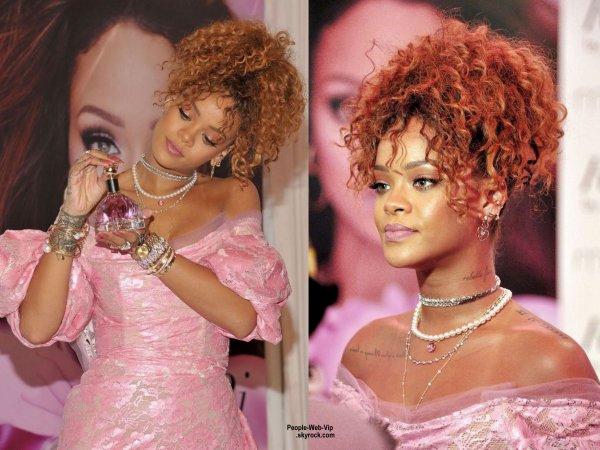"""Rihanna a fait la promotion de son nouveau parfum """" RiRi by Rihanna """" au Downtown Brooklyn chez Macy. (lundi (31 Août) à New York.)"""