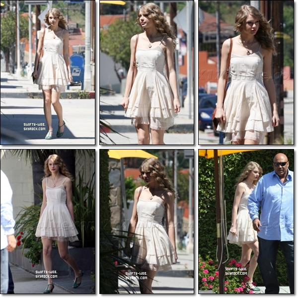 Taylor est allée déjeuner dans un restaurant à Los Angeles, mardi. Côté look, je la trouve mignonne dans sa robe blanche. Par contre, les chaussures, ... x) Mais sinon, c'est un TOP pour moi !