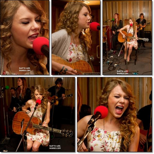 """Taylor a fait une session """"acoustique"""" au Live Lounge de BBC Radio 1 quand elle était à Londres, il y a quelques semaines. Elle a chanté """"The Story Of Us"""" et """"White Blank Page"""" par Mumford & Sons. Il vous faut absolument écouter la version acoustique de """"The Story Of Us"""", elle est superbe ! Pour sa robe, elle est jolie, mais je dis que c'est un bof !"""