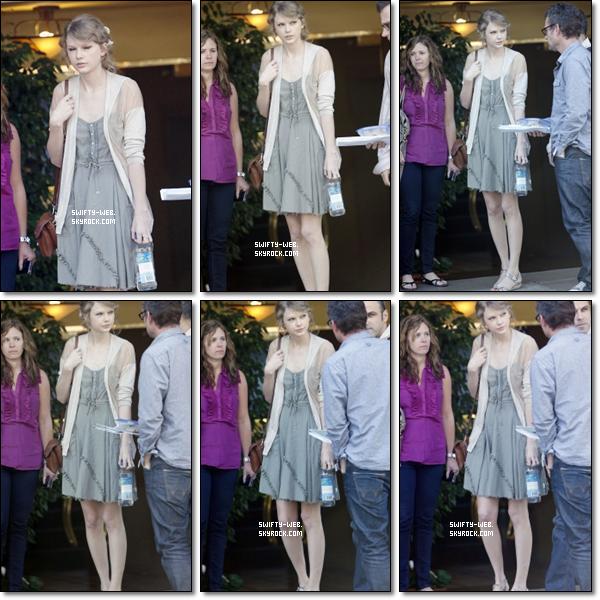 """En 2009, Taylor a fait un photoshoot réalisé par Austin Hargrave pour le """"Q magazine"""". Mlle Swift est très belle avec cette robe et ses bottes !"""