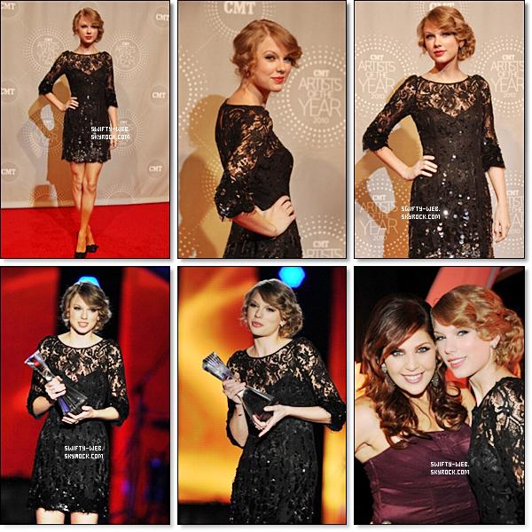 """Le 30 Novembre 2010 Taylor Swift est allée au """"CMT Artists of the Year"""" à Franklin, Tennessee. Elle est ravissante comme toujours, avec sa belle robe noir. Taylor a aussi remporté l'award de """"CMT Artist of the Year"""" Félicitations !"""