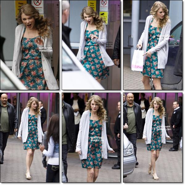 Le 21 Mars, Taylor a été vue quittant son hôtel à Londres. J'aime beaucoup sa robe, pas vous ?