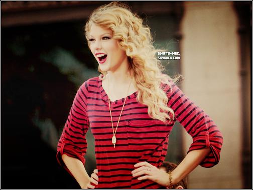 Le 9 juin, Taylor se baladait dans les rues de New York ! J'aime son short et son haut, c'est pas tous les jours qu'on la voit en short ! Mais par contre, bonjour les chaussures et le sac de vieille !