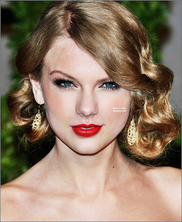 Le 28 février, Taylor, radieuse, arrive au 2011 Vanity Fair Oscar Party ! J'adore sa robe, rien à dire, elle est parfaite ! Et toi, tu la trouves comment ?