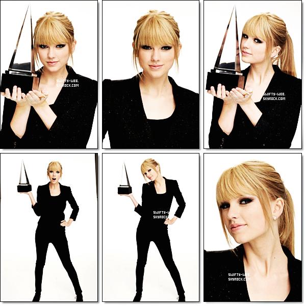 """Le 21 novembre 2010, Taylor arriva aux 2010 American Music Awards avec une belle robe scinitillante, et les cheveux lisses ! Pour son look, j'adore !! Elle est si belle avec les cheveux lissés ! & toi, tu trouves comment ? ET notre Swifty a même remporté l'award de """"Favorite Country Female Artist"""" pour la troisième fois consécutive ! Bravo !"""