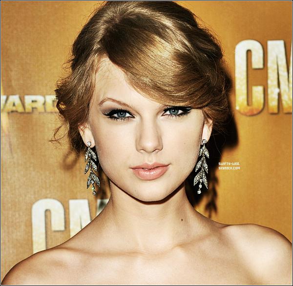 10.11.10 Taylor, ravissante et plus belle que jamais, arrive aux 44th Annual CMA Awards avec une belle longue robe rouge ! Un énorme top !