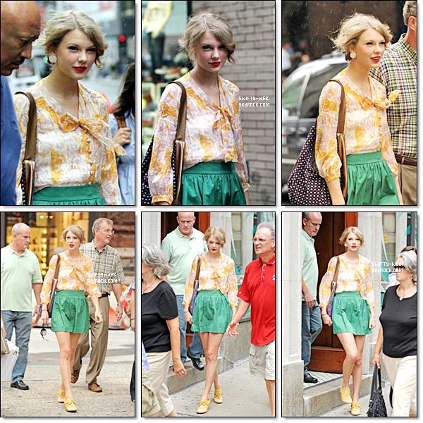 25.07.11 Taylor et son père ont été vus se baladant à SoHo à New York. Côté tenue, je suis pas fan du tout. Un flop !