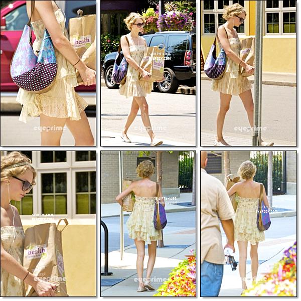 28.07.11 Taylor était à Nashville. J'adore sa robe et les ballerines vont super bien avec ! :D