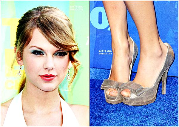 Hier, soit le 7 août, Taylor Swift est allée de Teen Choice Awards 2011, splendide dans une robe blanche courte & des escarpins gris. J'adore sa tenue, donc, c'est un top ! & félicitons la parce qu'elle a remporté 6 awards ! Notamment ceux de : Choice Female Artist, Choice Female Country Artist, Choice Country Single, Choice Breakup Song, Red Carpet Fashion Icon & Ultimate Choice Award ! Bravo :D