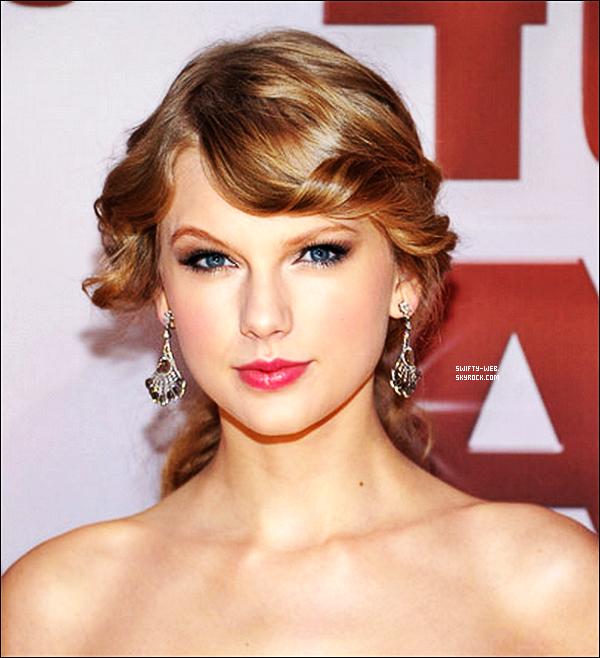 """09.11.11 Taylor a assisté aux 45th Annual CMA Awards à Nashville où elle a remporté le prix """"Entertainer Of The Year"""" une deuxième fois ! Pour sa robe, j'ai rien à dire, elle est MAGNIFIQUE ! Un énorme top !"""