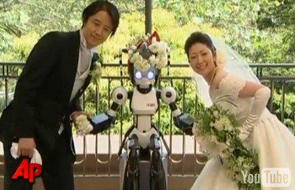 Incroyable Un robot prêtre célèbre un mariage