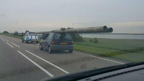 Aux Pays-Bas, il vole 2 lampadaires et les charge sur le toit de sa Twingo