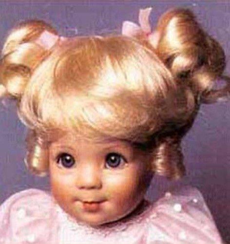 Mamy joue à la poupée