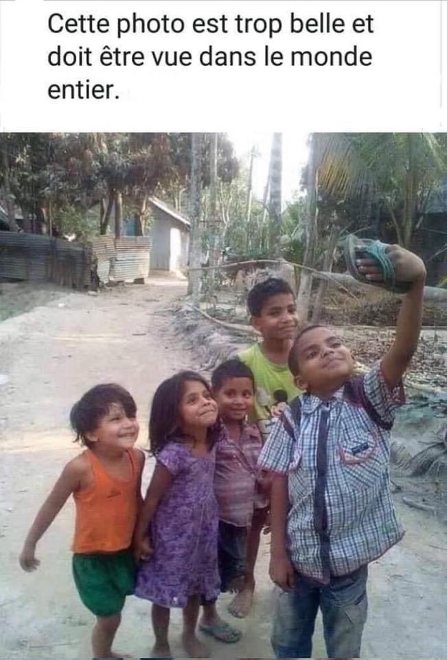 Ils n ont rien. Et ils ont le sourires. Et jouent à faire des photos avec une tong..