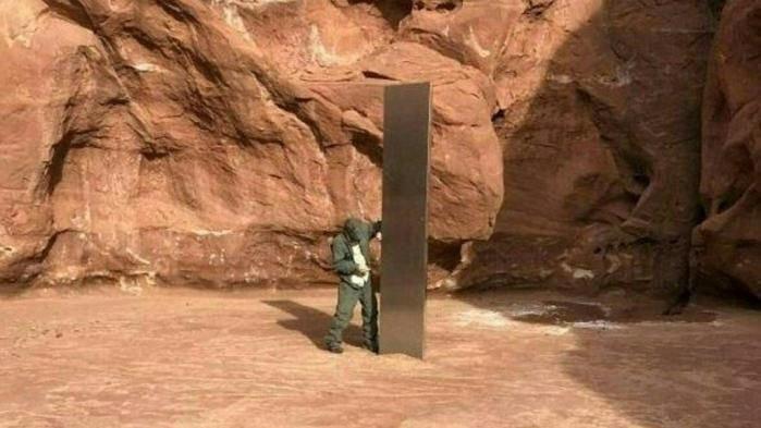 Le bloc triangulaire étincelant, qui dépasse de plus de 3,5 mètres du sol rougeâtre du sud de l'Etat de l'Utah, a été découvert le 18 novembre par des responsables locaux qui survolaient la zone.