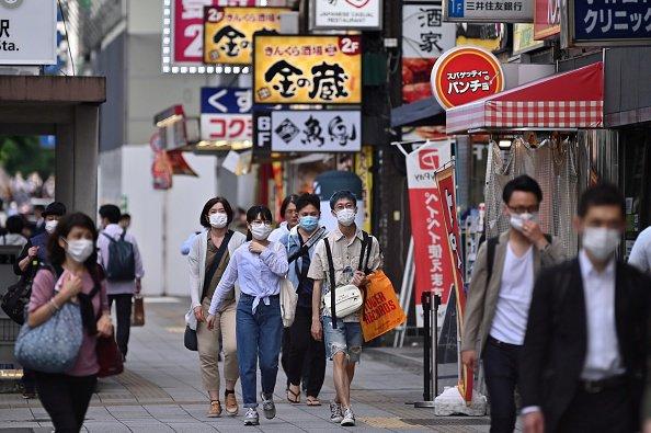 L'année 2020 marque la première hausse du nombre de suicides au Japon depuis 11 ans, un nombre six fois plus élevé que celui des victimes du Covid-19 pour la même période dans le pays. Cette nouvelle alarmante est liée à la crise sanitaire qui a engendré davantage d'isolement et de solitude ainsi qu'un manque de relations humaines.