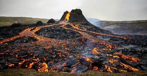 L'éruption volcanique survenue à une quarantaine de kilomètres de Reykjavik s'est étendue ce lundi avec une nouvelle faille crachant de la lave