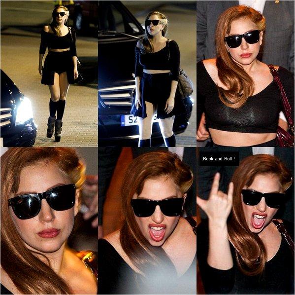 . 22/08/2012 - Lady Gaga décidément brune arrivant à l'aéroport de Vilnius où elle il donnera un concert. (+) des photos de Gaga quittant son hôtel. Blonde ou Brune ? .