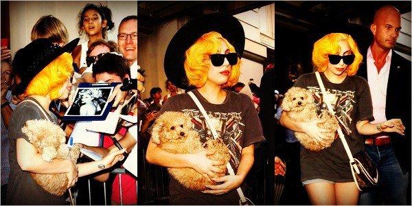 . 18/08/2012 - Lady Gaga est arrivée à Vienne avec dans les bras Mister Frozzi. (+) des photos de Gaga sortant de son hôtel pour aller à un concert. Découvrez les photos ci-dessous. .