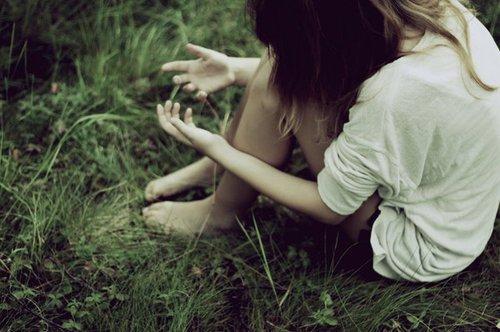 Pourquoi j'm'habitue pas à la solitude qui tourne en rond, a tes yeux où tout semble n'être qu'une illusion, c'est qu'au fond de moi y a comme une grande explosion