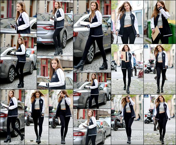 ____        29/09/2017 ¤ La sublime_-  Barbara Palvin  , a été photographiée encore une fois, dans les rues parisiennes   ,  portfolio en main à priori  Barbara   aroborait une tenue plutot simple et stylée ce jour-là ,c'est stylé et ça lui va bien, je trouve .Votre avis sur sa tenue ? Top / Flop? __        __