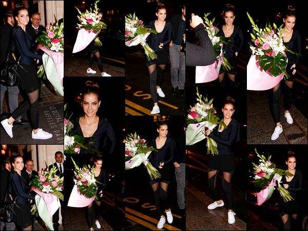 ____        02/10/2017 ¤ La sublime Barbara Palvin   , _a été photographiée  arrivant  à son   hôtel  parisien avec une bouquet de fleurs à la main  !  Barbara   a opté pour la simplicité coté tenue avec un legging noir ainsi qu' un haut noir , c'est plutot une tenue sportive mais j'aime bien   ! __        __