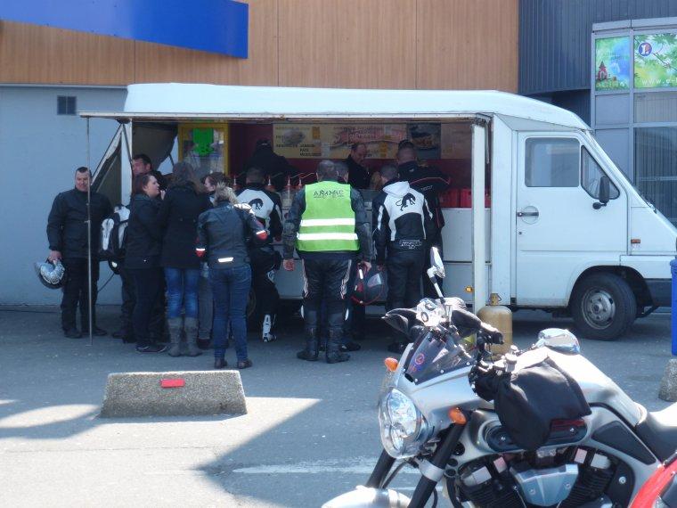 1° journée nationale du Motard -6 : pause repas à Loison sous Lens zone leclerc par le MC HOSPIMOTO de  Lens