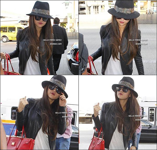 . 15.02.2013 ▬ La belle Selena a été vu entrant dans l'aéroport LAX pour prendre son vol, direction Paris . .