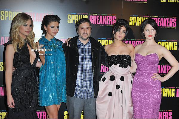 . 18.02.2013 ▬ Selena était à l'avant-première de Spring Breakers avec ses co-stars au Grand Rex, à Paris. .