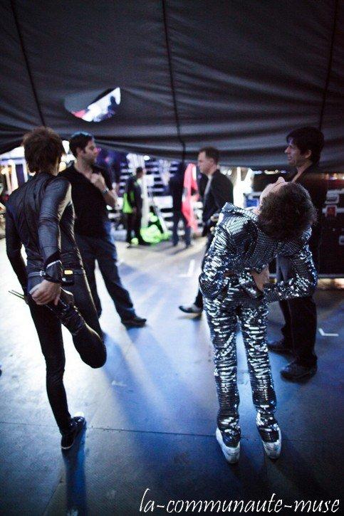 Le groupe a ajouté des photos de backstage sur son site officiel Ils sont pas beaux leur costumes? ^^