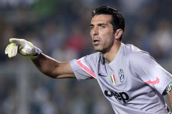 Brassard capitaine Gigi Buffon lors du match Atalanta - Juventus (27/09/2014)
