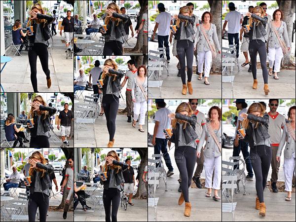 - 07.04.16 ─ Notre Hailey Baldwin  a été aperçue alors qu'elle sortait d'un café dans Beverly Hills situé en Californie[/s#00000ize]Pour cette sortie, notre adorable Hailey aborde une tenue assez simple et décontractée. J'aime beaucoup son perfecto noir ainsi que son slim gris/noir -