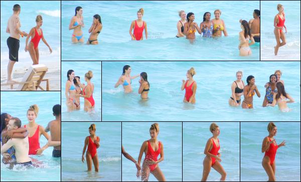- 11/08/16 - Notre belle Hailey Baldwin était avec des amis sur la plage dans les Îles Turques-et-CaïquesHails portait un maillot de bain une pièce rouge qui lui va vraiment bien je trouve, elle est trop belle!! Toujours en compagnie de plusieurs de ses amis.    -