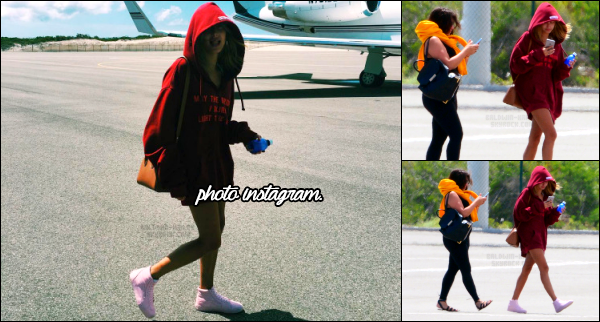 - 13/08/16 - Hailey B. est photographiée avant d'entrer dans son jet privé aux - Îles Turques-et-Caïques ! Hails rentre sans doute direction la Californie, tout comme les soeurs Jenner, après leur week end dans les Iles Caïques pour l'anniversaire de Kylie J. !   -