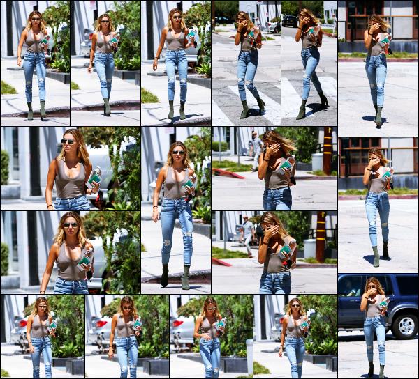 - 15/08/16 - Hailey Baldwin est photographiée alors qu'elle se baladait dans les rues de  West Hollywood ! Après son retour de vacance, Hailey profite d'un peu de temps pour aller faire quelques courses sûrement. J'aime beaucoup la tenue qu'elle porte. Top. -