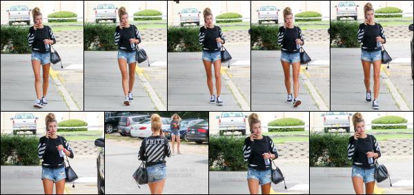 - 26/08/16 - Hailey Baldwin est photographiée alors qu'elle arrivait au « The Hamptons » dans -  New York  ! Hailey portait une tenue très basique se jour là, mais j'aime beaucoup le style. Malheureusement que très peu de photos sont disponibles... Un beau top.    -