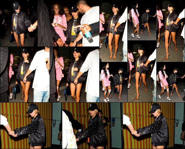 - 17/09/16 - La belle Hailey Baldwin est aperçue à la suite de son défilé, se baladant dans les rues - LondresHailey était une fois de plus en compagnie de plusieurs de ses amis. Elle portait une tenue assez simple, je n'ai pas grand chose à en dire. C'est un top !  -
