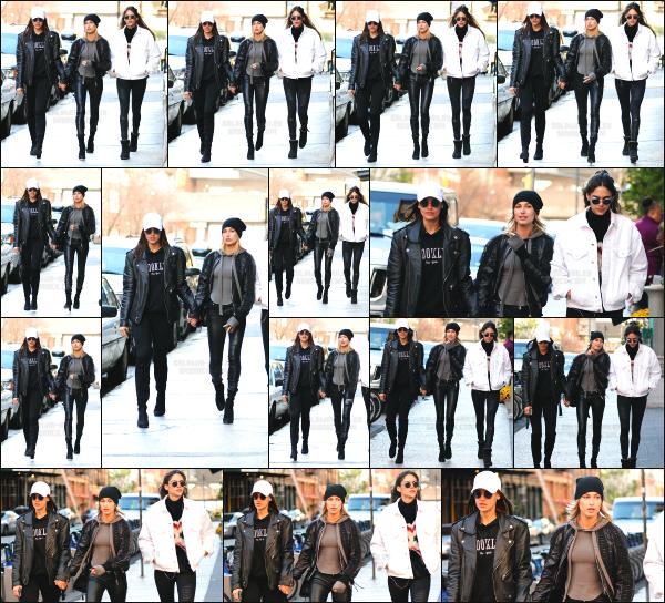 - 24.10.16 ─  La belle Hailey Baldwin était dans les rues de Tribeca cet après midi avec quelques amis à New York ! [/s#00000ize]Hailey était en compagnie de deux de ses amies en pleine balade dans New York. J'aime plutôt bien le style de la tenue qui lui va très bien je trouve. Top  -