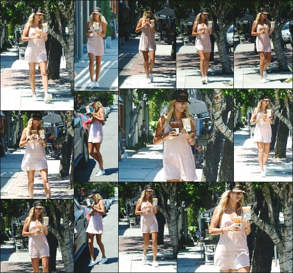 - 26.07.16 ─ Notre belle Hailey Baldwin est aperçue alors qu'elle allait se chercher un café dans West Hollywood  ![/s#00000ize]Malheureusement les photos sont vraiment de très mauvaise qualité et je n'ai pas su en trouver d'autres... La tenue d'Hails est très mignonne je trouve! -