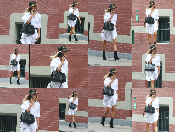 - 01.07.16 ─ Notre Hailey Baldwin est photographiée alors qu'elle se baladait dans les rues de Soho dans New York[/s#00000ize]La belle Hailey marchait avec le téléphone à la main cet après midi là. Je trouve l'ensemble de sa tenue plutôt jolie malgré que ce soit très simple. Un top.   -
