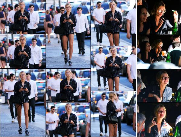 - 14.06.16 ─ Hail' Baldwin est photographiée avec plusieurs amis, allant au « Bar Pitti » dans les rues de New York ![/s#00000ize]C'est avec une très jolie petite tenue qu'Hailey arpentait les rues de New York ce jour là ! Plus tard, elle est photographiée dans le bar avec sa boisson.  -