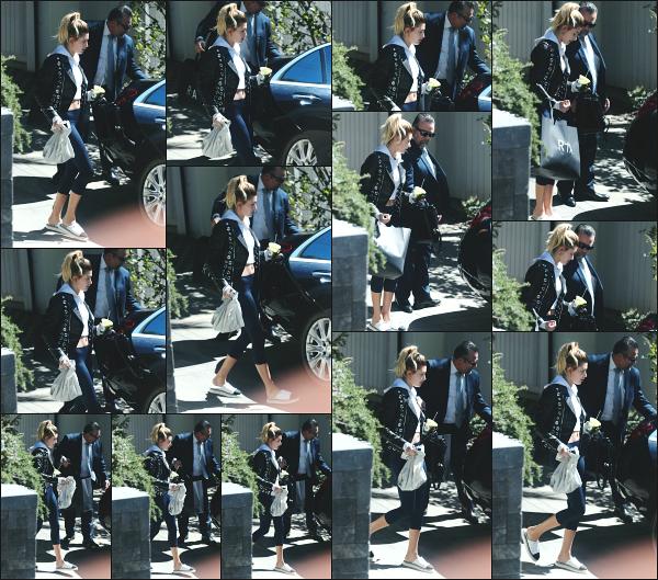 - 09.03.17 ─ Notre belle Hailey B est photographiée alors qu'elle quittait la maison d'un ami dans West Hollywood ![/s#00000ize]C'est alors qu'elle sortait de la maison d'un de ses amis que nous la retrouvons ce jour là, dans une tenue plutôt décontracte, avec ses petites claquettes !  -