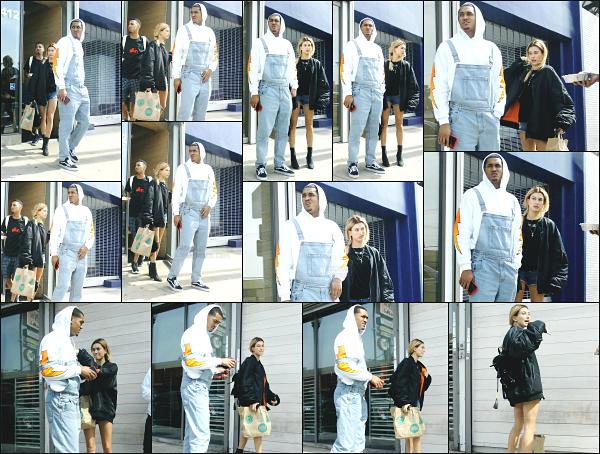 - 10.03.17 ─ Hailey B est photographiée en compagnie de Jordan Clarkson quittant un restaurant dans Los Angeles.[/s#00000ize]Hailey enchaîne les sorties au restaurant et elle a bien raison de se faire plaisir et de prendre un peu de repos ! Sa tenue est très simple mais plutôt cool.    -