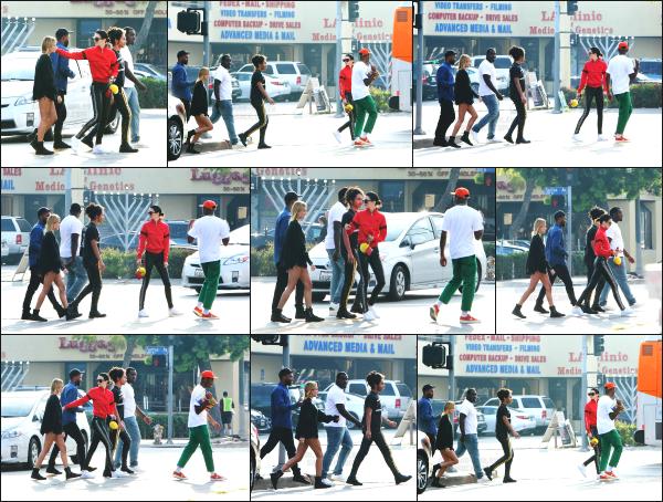 - 19.03.17 ─ Notre belle Hailey Baldwin  est photographiée alors qu'elle se baladait dans les rues de - Los Angeles ! [/s#00000ize]Hailey B. était en compagnie de plusieurs de ses amis ce jour là, notamment l'une de ses meilleures amies Kendall Jenner ! Elle avait une tenue basique !  -
