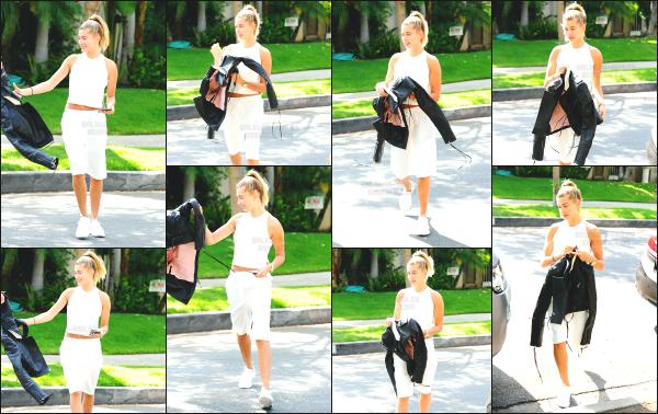 - 31.05.16 ─ Notre belle Hailey Baldwin est photographiée alors qu'elle se promenait dans les rues de Los Angeles.[/s#00000ize]C'est dans une tenue toute de blanc que nous retrouvons Hailey cet après midi là. L'ensemble ne me plait pas beaucoup malheureusement. C'est un flop   -