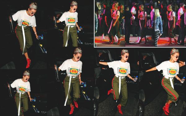 - 21.04.17 ─ La ravissante Hailey Baldwin  est photographiée, allant au concert de John Mayer dans - Los Angeles ! [/s#00000ize]Hailey portait une tenue plutôt spéciale a mon gout, je n'aime pas vraiment l'ensemble. Plus tard, elle à été photographiée dans la salle et en la quittant.  -