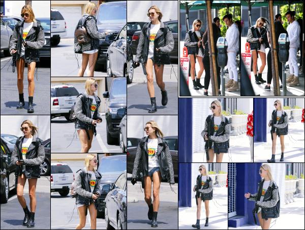 - 24.04.17 ─ La ravissante Hailey Baldwin  est photographiée, allant au « Urth Caffe » dans les rues de Los Angeles. [/s#00000ize]Un peu plus tard, nous pouvons l'apercevoir alors qu'elle quitte le Urth Caffe en compagnie de Camron Dallas. Je n'aime pas trop sa tenue. C'est un flop !  -