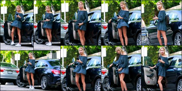- 25.04.17 ─ La ravissante Hails Baldwin  est photographiée, alors qu'elle se baladait dans les rues de Los Angeles. [/s#00000ize]C'est cette fois seule que nous la retrouvons, sortant tout juste de sa voiture. J'aime bien la tenue qu'elle porte, je la trouve très mignonne. C'est un top !  -
