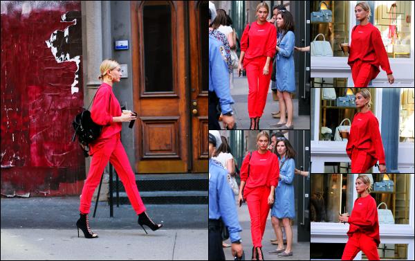 - 28.04.17 ─ La ravissante Hails Baldwin  est photographiée, alors qu'elle se baladait dans le quartier de Soho - NY. [/s#00000ize]Hails était vêtu d'un ensemble totalement rouge, avec bien évidemment le café au lait dans les mains. Je ne suis pas fan de la tenue... C'est un petit flop  -