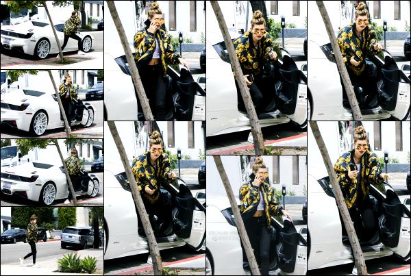 - 26.04.16 ─ Notre belle Hailey' Baldwin est photographiée allant au « Andy LeCompte Salon » à West Hollywood ![/s#00000ize]C'est dans une tenue assez sportive que Hailey a était aperçue ce jour là. La tenue est sympa et je la trouve très mignonne avec ses lunettes. Un top !! -